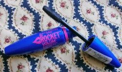 Produktbild zu Maybelline New York The Rocket Volum' Express Mascara – Farbe: Black