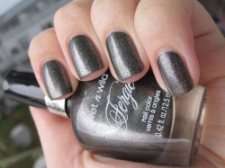 Produktbild zu wet n wild Fergie Nail Color – Farbe: A023 Heels of Steel (LE)