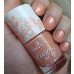 Produktbild zu essence bloom me up! nail polish – Farbe: 03 blooming tender (LE)