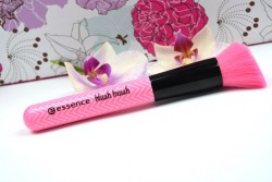 Produktbild zu essence make me pretty blush brush – 01 blush up your life! (LE)