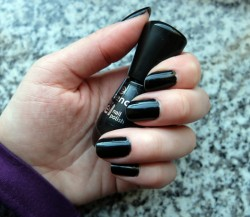 Produktbild zu essence colour & go nail polish – Farbe: 144 black is back