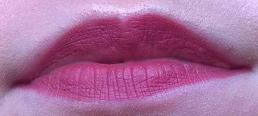essence 2in1 matt lipstick & liner, Farbe: 02 make some noise! Tragefoto auf den Lippen