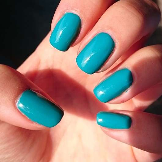 wet n wild Wild Shine Nail Color, Farbe: E483D Be More Pacific auf den Nägeln