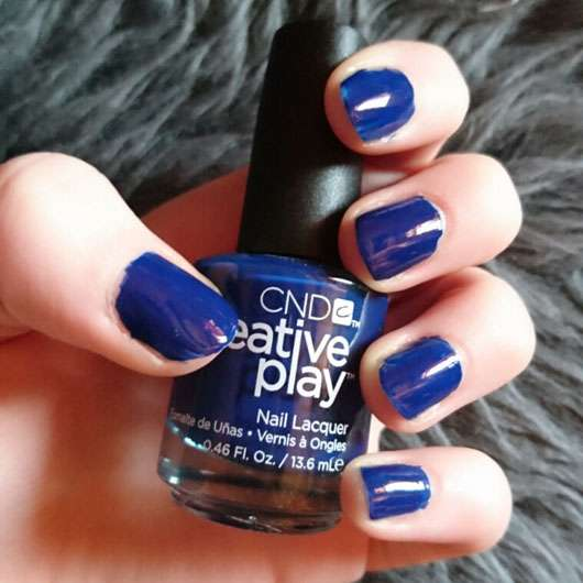 CND CREATIVE PLAY Nail Lacquer, Farbe: Navy Brat Flasche und Nägel lackiert