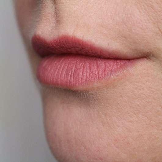essence matt matt matt lipstick, Farbe: 02 perfect match - auf den Lippen
