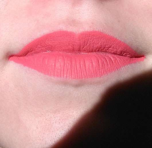 Make up Factory Mat Lip Fluid longlasting, Farbe: 48 Coral Rose auf den Lippen