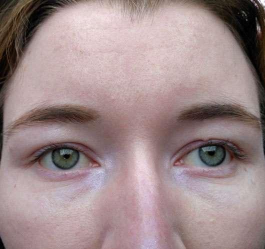 Rival de Loop Young Eyebrightener Cream, Farbe: 02 Shiny Rose - Produkt im Augeninnenwinkel aufgetragen