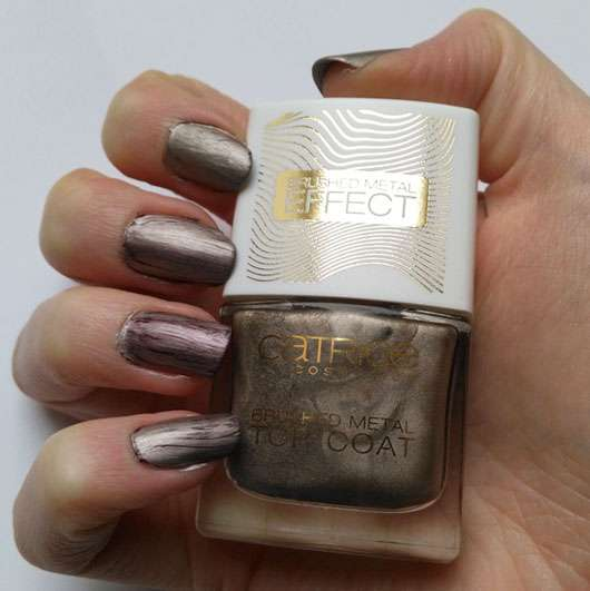 Catrice Brushed Metal Top Coat, Farbe: C01 Minimalist Melted Metal (LE) auf den Nägeln