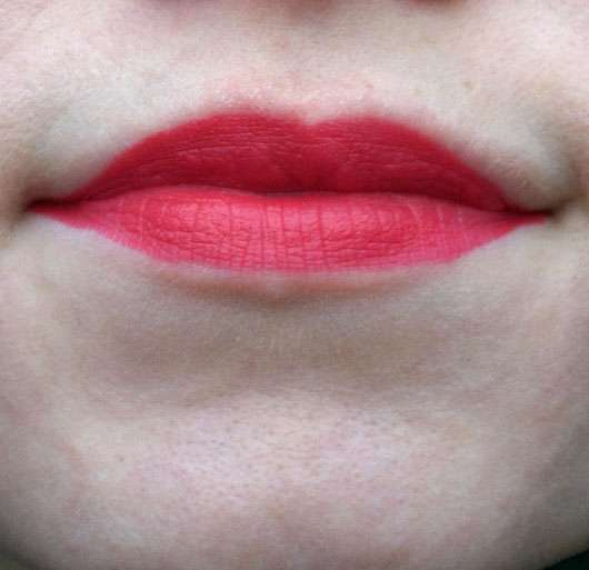 essence we are… flawless contouring lipstick, Farbe: 02 P.S. we <3 red (LE) - auf den Lippen