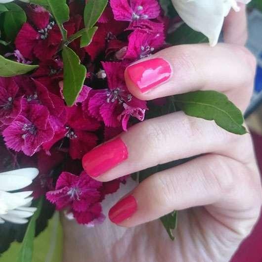 essie Nagellack, Farbe: 27 watermelon - Farbe auf den Nägeln