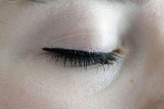 Douglas Make-up Cat Eyes Thin Tip Felt Eyeliner, Farbe: Black - auf dem Auge aufgetragen