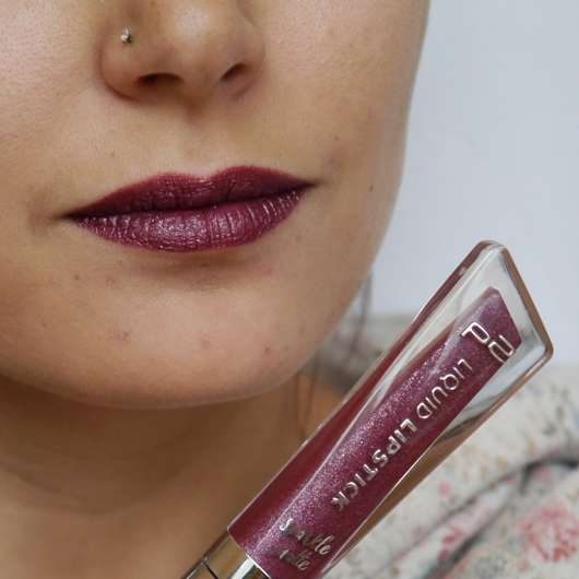 p2 effect matte liquid lipstick, Farbe: 050 doom bloom (sparkle matte effect) auf den Lippen