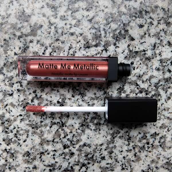 Sleek MakeUP Matte Me Metallic Lip Cream, Farbe: 1166 Electroplated Nude - Flakon geöffnet