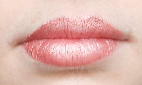 Sleek MakeUP Matte Me Metallic Lip Cream, Farbe: 1166 Electroplated Nude - Lippen mit Produkt