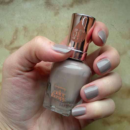 Sally Hansen Color Therapy Nagellack, Farbe 150 Steely Serene - Farbe auf den Nägeln