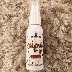 Produktbild zu essence glow to go illuminating setting spray