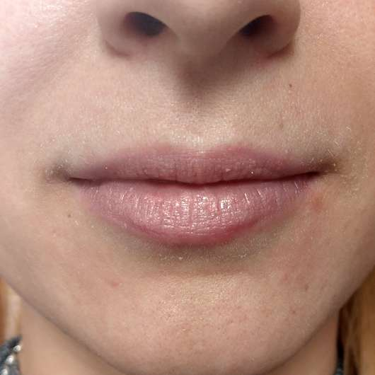 p2 blogger's loveys BFF edition miss perfect lip chubby, Farbe: 010 Amelie (LE) - auf den Lippen über einer Lippenpflege aufgetragen