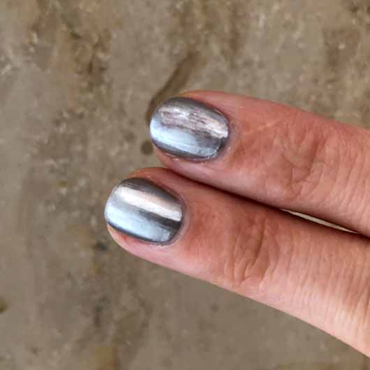BeYu Long-Lasting Nail Lacquer, Farbe: 458 Passionate Tanning (LE) - Top Coat auf dem rechten Fingernagel