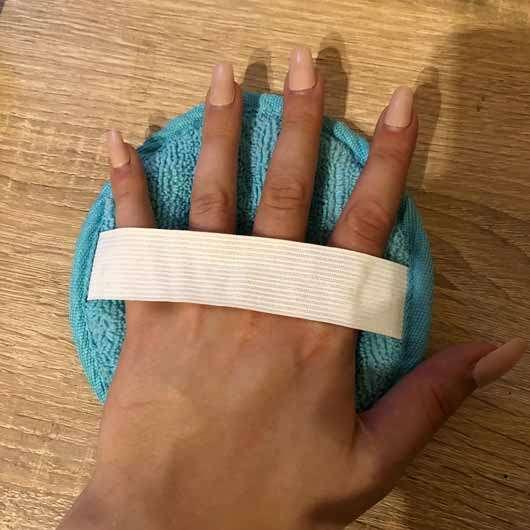 PARSA BEAUTY Duo Wellness-Pad Mikrofaser - Pad an der Hand
