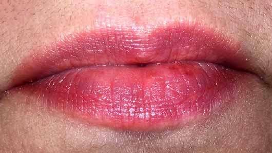 Pixi Shea Butter Lip Balm, Farbe: Scarlet Sorbet - Lippen mit Produkt