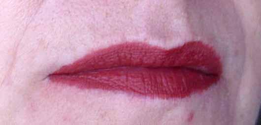 NYX Lip Lingerie Liquid Lipstick, Farbe: 12 Exotic - Lippen mit Produkt