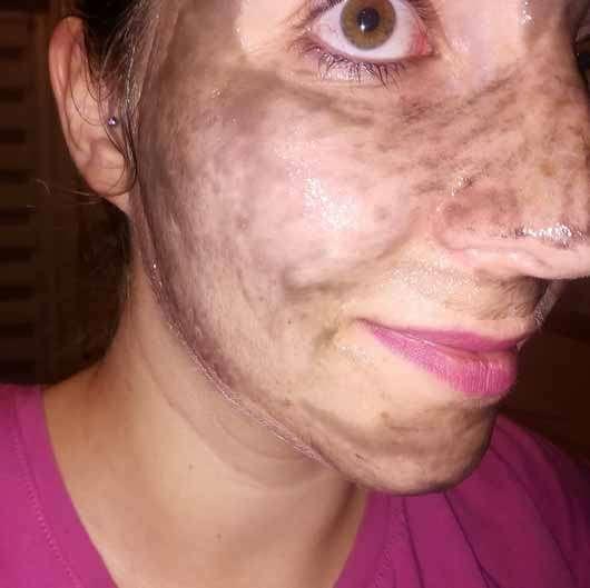 Schaebens Aktivkohle Peel-Off Maske - im Gesicht aufgetragen