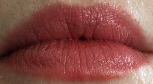 lavera Beautiful Lips Brilliant Care Q10, Farbe: 02 Strawberry Pink - Farbe auf den Lippen
