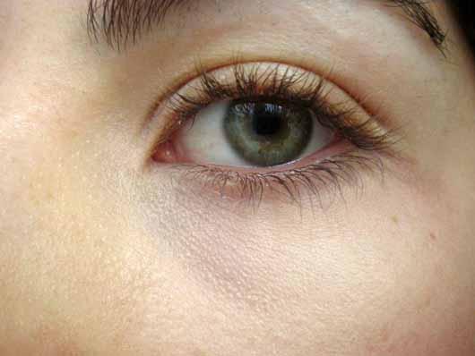 Sleek MakeUP Lifeproof Concealer, Farbe: 05 Almond Latte - Augenbereich mit Produkt