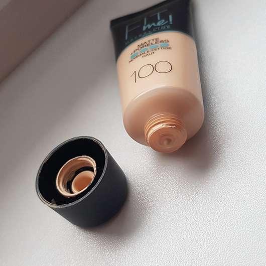 Maybelline Fit Me! Matte + Poreless Mattierendes Make-up, Farbe: 100 Warm Ivory - Öffnung