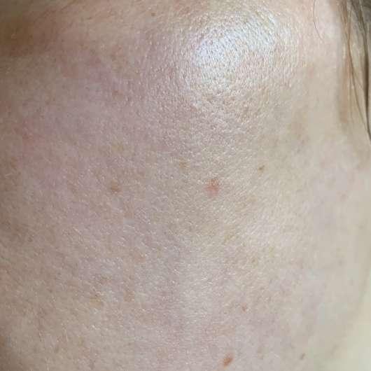 Weleda Skin Food Light - Creme auf der Haut