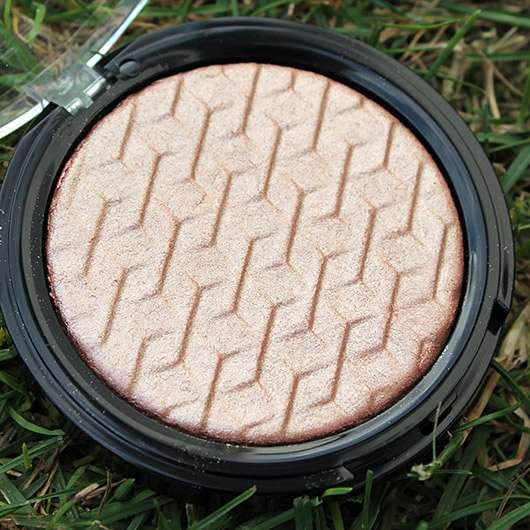 e.l.f. Cosmetics Metallic Flare Highlighter, Farbe: Rose Gold - Relief-Prägung des Highlighters