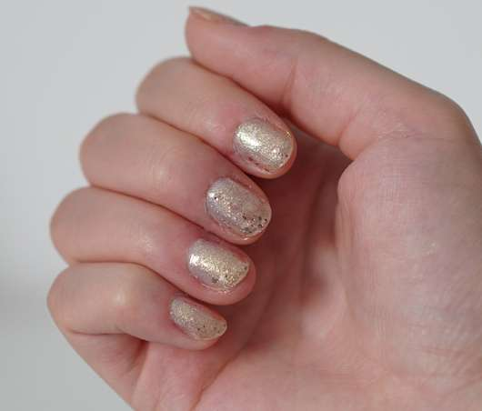 "Lackierte Hand mit ""forever in love"""