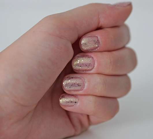 "Lackierte Hand mit ""kiss the miss"" als Basis und ""forever in love"" als Top Coat"